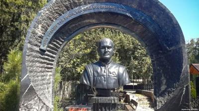 На кладовищі Севастополя виявили бюст Януковича-молодшого