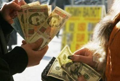 НБУ скуповував валюту: експерт пояснив, чому долар раптово підскочив