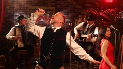 «Дискотека у Чернівцях»: шоумен Антін Мухарський присвятив кліп чернівецьким повіям