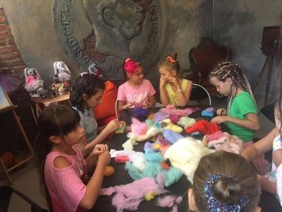 Народна майстриня з Буковини виготовляє унікальні іграшки з вовни - фото