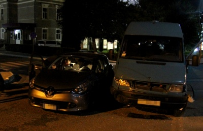 Вночі на Буковині «Рено» врізався у «Мерседес»: водій легковика не помітив знаку за деревами - фото