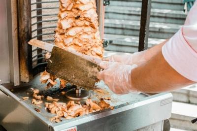 «Передусім небезпечні м'ясо і майонез»: як уберегтися від харчових отруєнь влітку