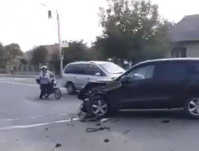 На Буковині Volkswagen врізався у «весільну» BMW X6: постраждали автівки і паркан - фото