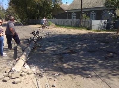 У Чернівцях КамАЗ розтрощив електростовп, водій втік з місця ДТП