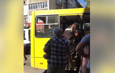 Заховав гроші у труси: у Чернівцях двоє чоловіків у маршрутці обікрали пасажира - відео