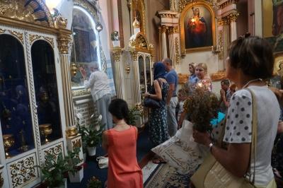 Медовий спас: у церквах Чернівців освятили воду, квіти і мак - фото