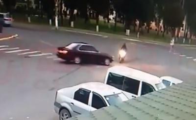 У райцентрі на Буковині «BMW» збив дівчину на скутері - відео