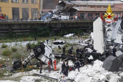 На півночі Італії обвалився автомобільний міст: щонайменше 20 людей загинули під уламками - відео, фото