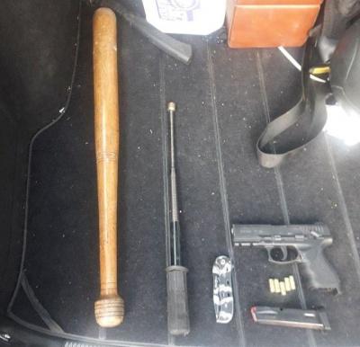 Бита, ніж і пістолет: на Буковині патрульні виявили водія з арсеналом зброї в авто