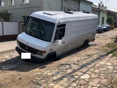 У центрі Чернівців мікроавтобус провалився у яму - фото