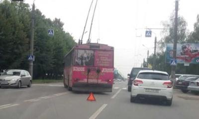 У Чернівцях тролейбус зіткнувся з легковиком: на Героїв Майдану утворився затор - фото
