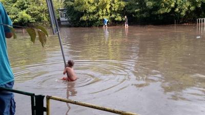 У Львові вулиці міста накрила масштабна повінь: люди пересуваються човнами - фото
