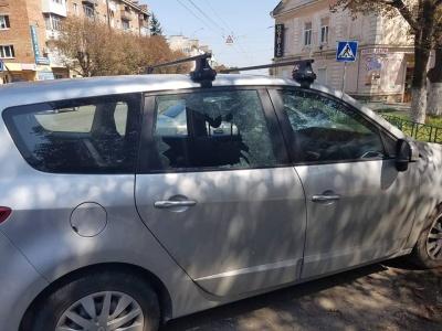 На Проспекті невідомі розбили вікно автівки та викрали ноутбук