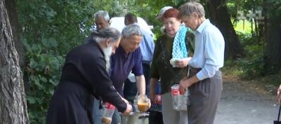 Обурені сусідством: у Чернівцях люди виступили проти безкоштовних обідів у своєму дворі