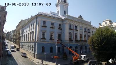 У Чернівцях невідомий на автовишці проник до кабінету міського голови - відео