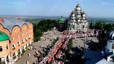 Тысячи верующих и сотни священников: в сети показали масштабное паломничество на Анниной горе