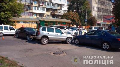 Намагалась звернути ліворуч: у поліції розповіли деталі потрійного ДТП у Чернівцях
