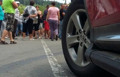 У Чернівцях жителі перекрили рух транспорту на Рівненській: вимагають відновити подачу газу в будинок