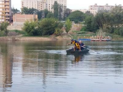 Пішов купатись і зник під водою: у Чернівцях в озері втопився чоловік