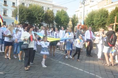 День Прапора: центром Чернівців пройшлась хода із 25-метровими стягами - фото