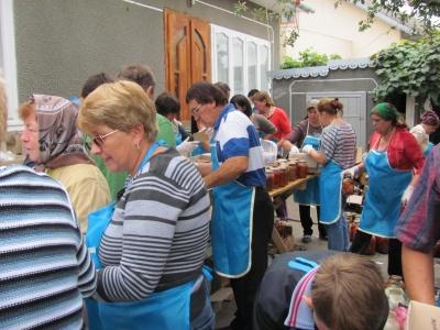Волонтери з Буковини відправили на передову цілу автівку смачних страв - фото