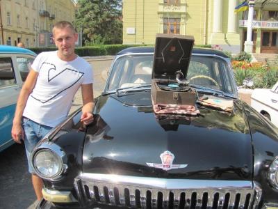 """Старий патефон та єдина в Україні """"Леді"""": у Чернівцях відбувся парад ретро-автомобілів — фото"""