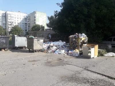 Місто у смітті: Чернівці на вихідні залишились із купами неприбраних відходів