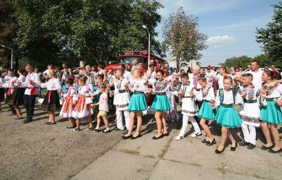 В селі на Буковині встановили рекорд з наймасовішого виконання народного танцю - відео