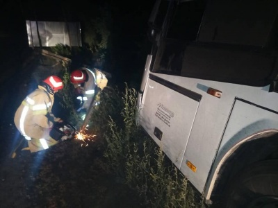 На Буковині вночі зійшов з траси рейсовий автобус «Москва-Чернівці» - фото