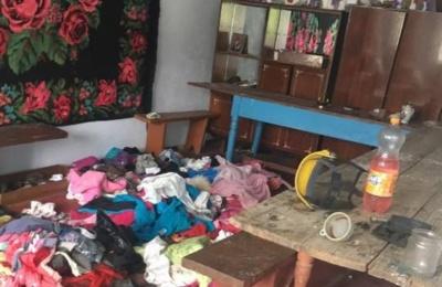 На Буковині поліція виявила трьох дітей, яких мати покинула в бруді та з вошами
