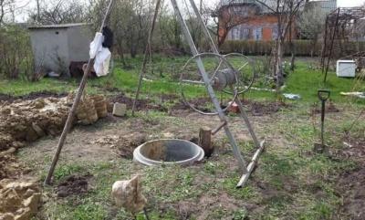 На Буковині чоловіка засипало землею під час копання криниці: наразі шукають тіло