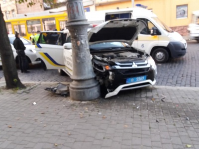 У Чернівцях автомобіль патрульних врізався у бетонний стовп - фото