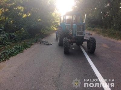 Поблизу Чернівців підліток на велосипеді потрапив під колеса трактора - фото
