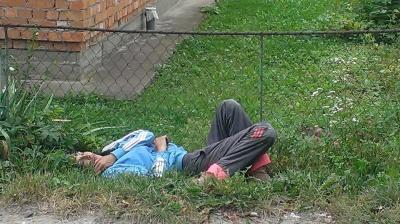 Охороняли сон: на Прикарпатті п'яна мати заснула на узбіччі дороги, кинувши дітей - фото
