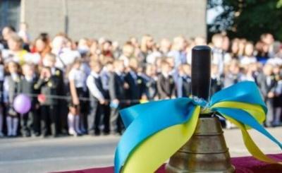 У Києві батьки школярів влаштували протест, прийшовши на урочисту лінійку без дітей