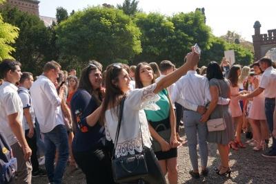 Окроплення святою водою та селфі з батьками: сотні першокурсників ЧНУ прийняли у студенти - фото