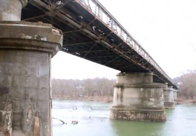 Викиди заводу та іномарка, що злетіла з моста. Головні новини Буковини 2 вересня
