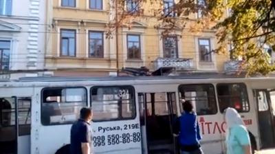 «Дим, паніка»: у Чернівцях на ходу загорівся тролейбус - відео