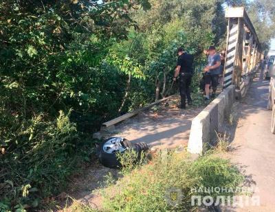 Авто злетіло з мосту: хлопцеві, який у Чернівцях вкрав легковик, загрожує 8 років тюрми
