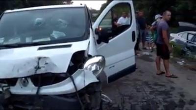 На Буковині мікроавтобус зіткнувся з легковиком: обидві автівки сильно пошкоджені - відео