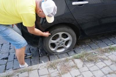Бруківка порізала шини: на Гагаріна вишикувалась черга пошкоджених автівок - фото