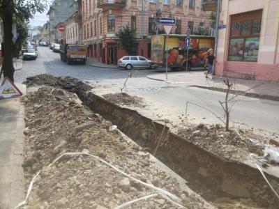 У центрі Чернівців під час ремонту труби стався спалах газу - фото