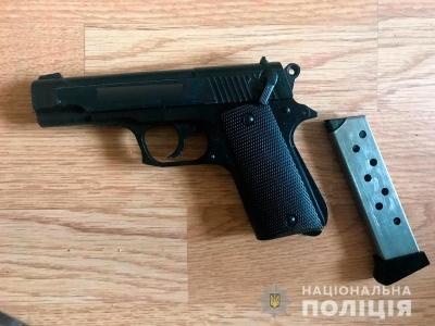 Пістолети, рушниці і ножі: у Чернівцях поліція вилучила у місцевого арсенал зброї