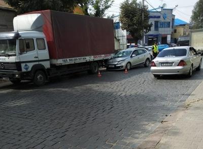 ДТП у Чернівцях: Renault заїхав під вантажівку