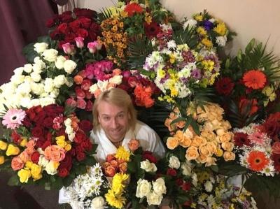 """З трояндами і поцілунками: Олег Винник презентував новий звабливий кліп на пісню """"Ти в курсі"""""""