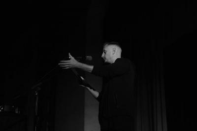 Вимкнене світло та гучні оплески: Жадан презентував нову книгу на Meridian Czernowitz - фото