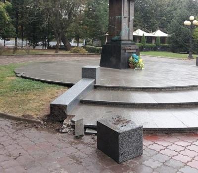 У центрі Чернівців невідомі пошкодили пам'ятник Федьковичу - фото