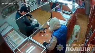 Побили продавчиню і втекли на «бляхах»: на Буковині невідомі пограбували ювелірний магазин
