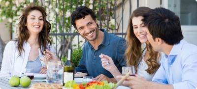 Чому під час їжі варто розмовляти: пояснення