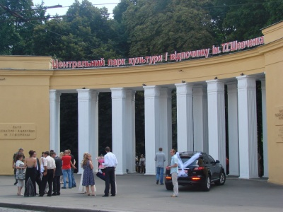 Чернівчани вимагають зупинити захоплення депутатом Петришиним парку імені Шевченка